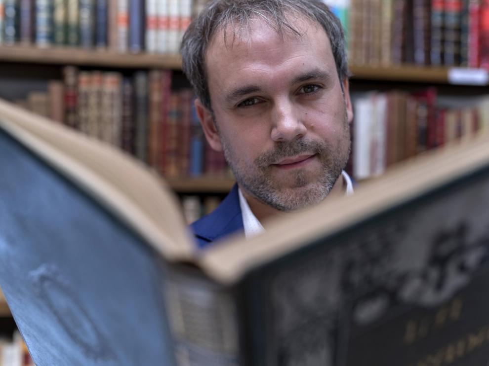 El escritor aragonés Luis Zueco ha triunfado con 'El mercader de libros', que ya está traducida al italiano y al portugués.