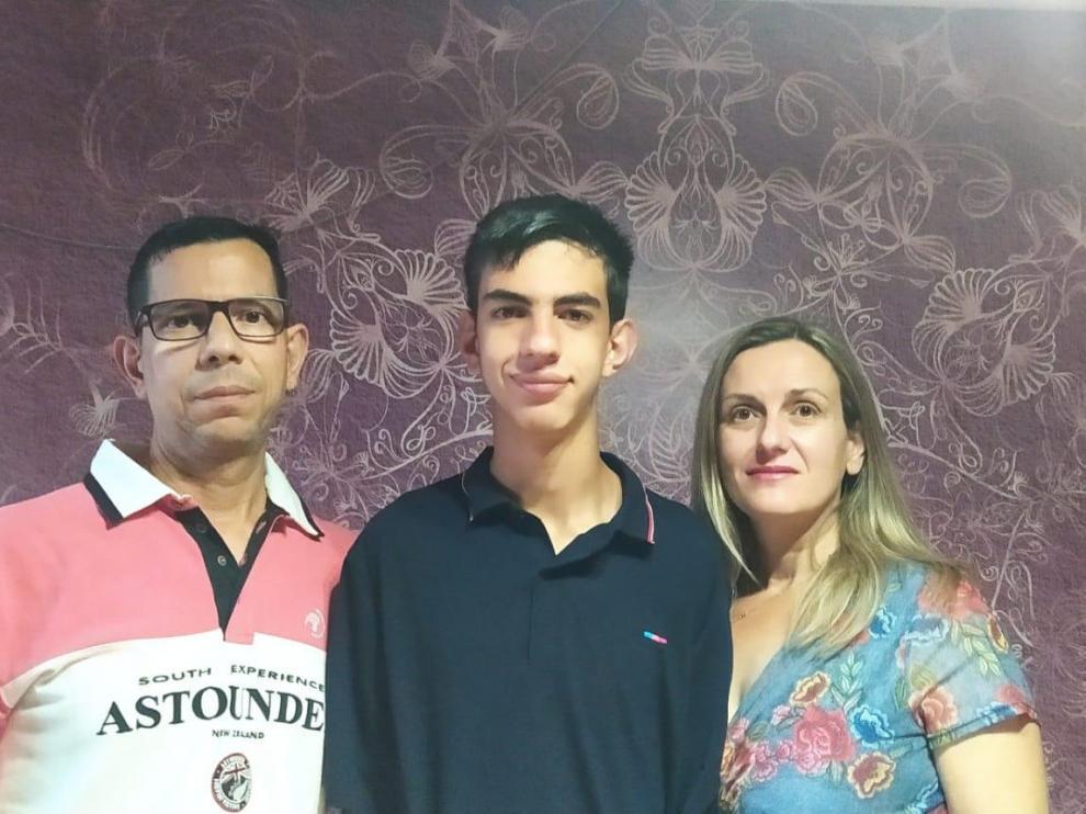 Ánchel Sabio flanqueado por sus padres Ángel Sabio y Nuria Ondiviela