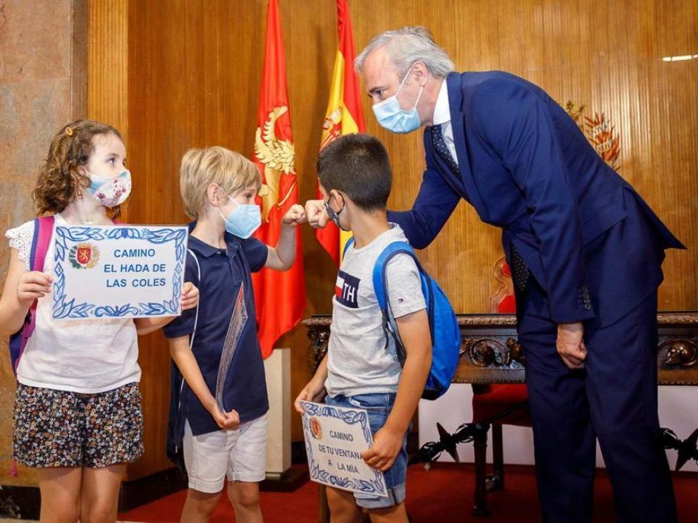 El alcalde Jorge Azcón con varios de los niños del CPI San Jorge