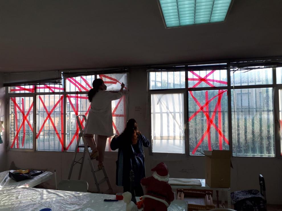 Estado en que quedaron las ventanas de la Asociación de Vecinos de La Paz, a causa del fuego.