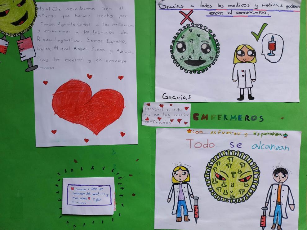 Uno de los paneles con cartas y dibujos realizados por los alumnos