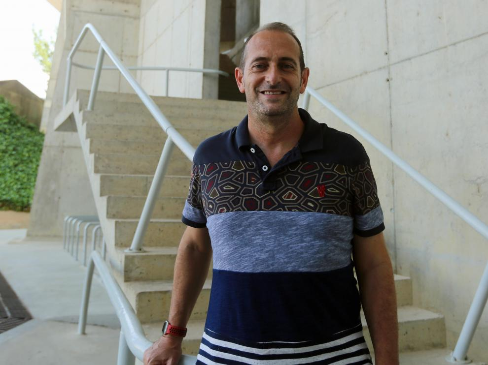 José Francisco Nolasco, técnico del Bada Huesca, en uno de los accesos del Palacio de los Deportes de Huesca.