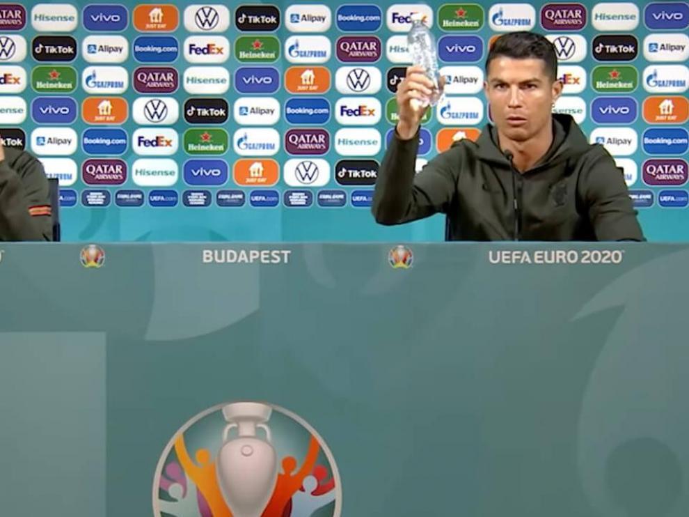 Cristiano Ronaldo recomienda agua en la rueda de prensa