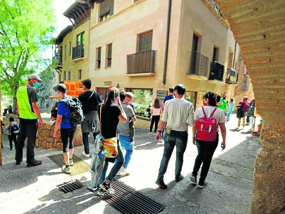 Un grupo de turistas, de visita en Alquézar.