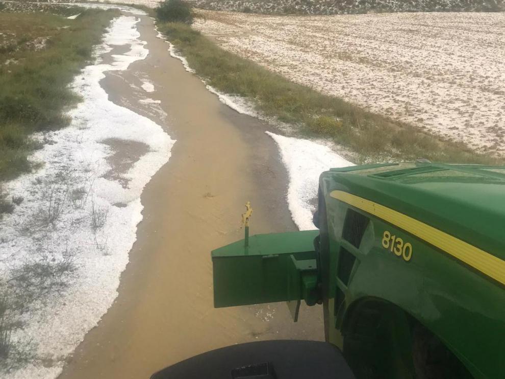 Granizo caído esta tarde en la localidad turolense de Oliete.