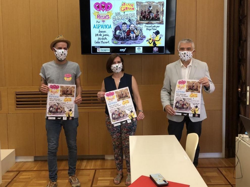 Diego Peña, la videalcaldesa Sara Fernández y el gerente de Aspanoa, Juan Carlos Acín, con el cartel del proyecto solidario