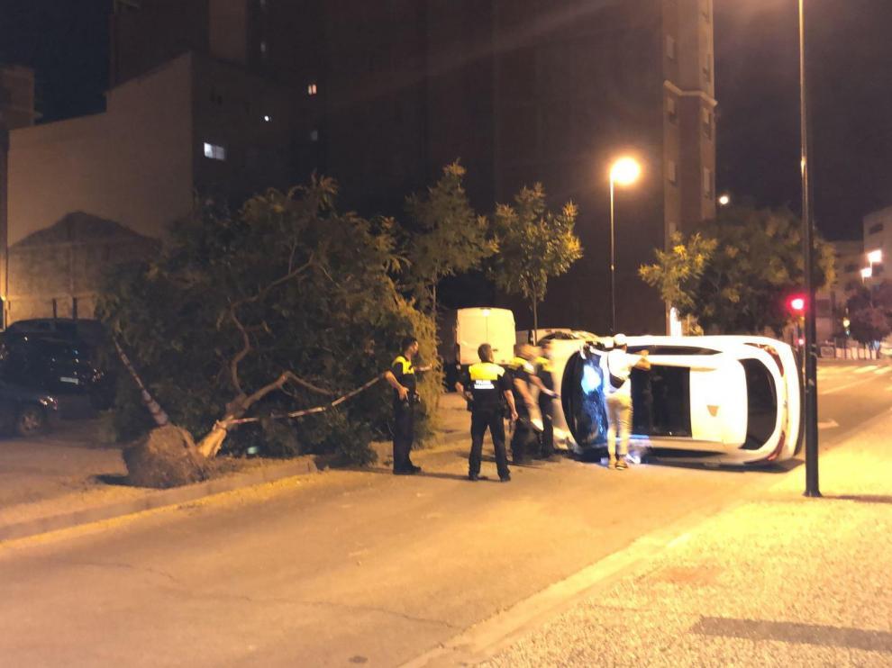 El vehículo volcado en la calzada.