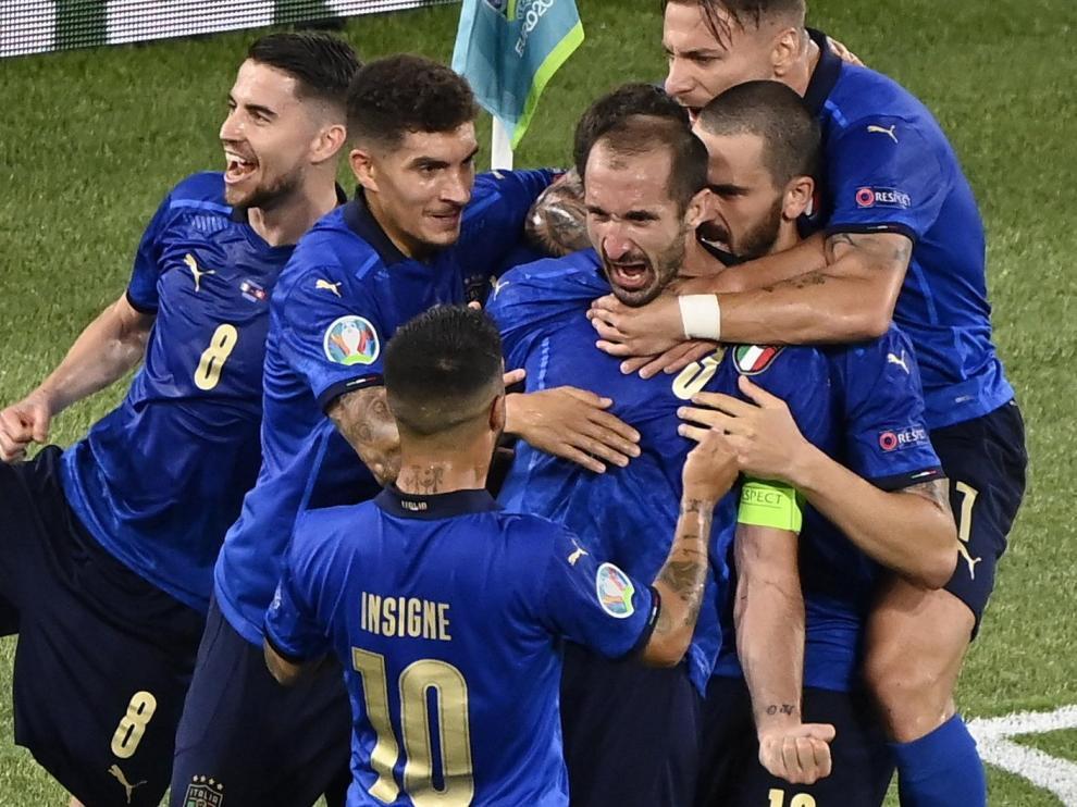 Italia golea a Suiza (3-0)