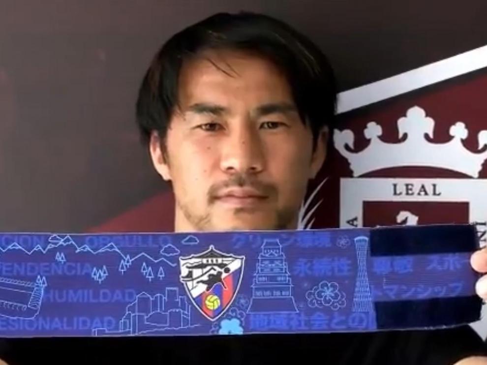 Shinji Okazaki, con el brazalete que se les entregará a los participantes en la Shinji Okazaki-SD Huesca Academy.
