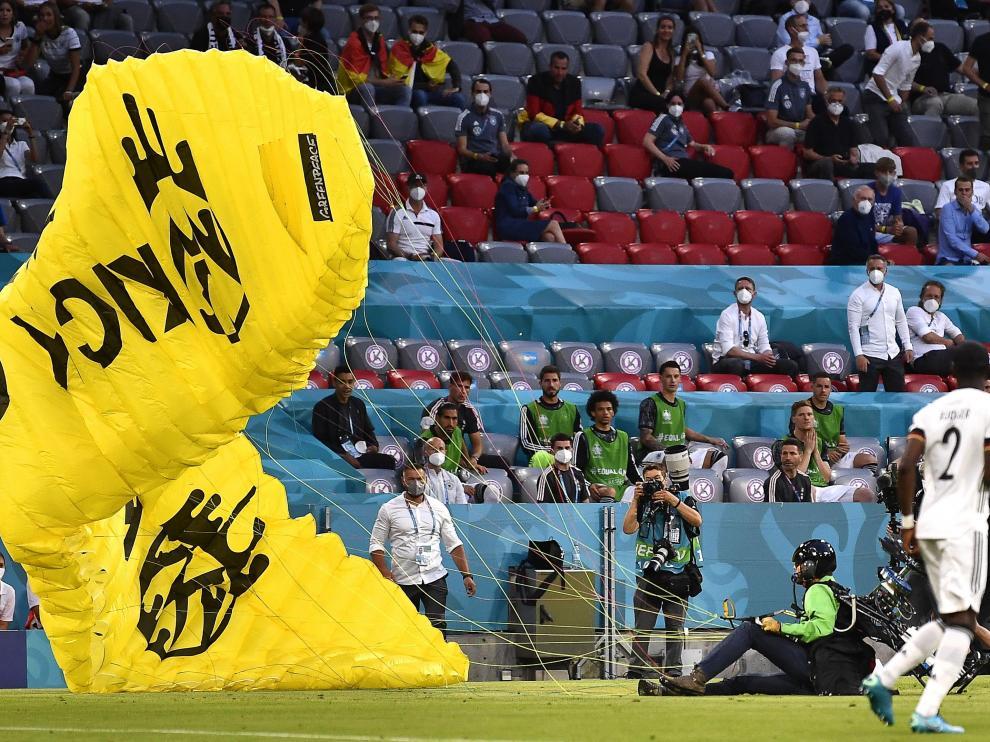 Un activista de Greenpeace pierde el control de su paracaídas y cae en el Allianz Arena de Múnich