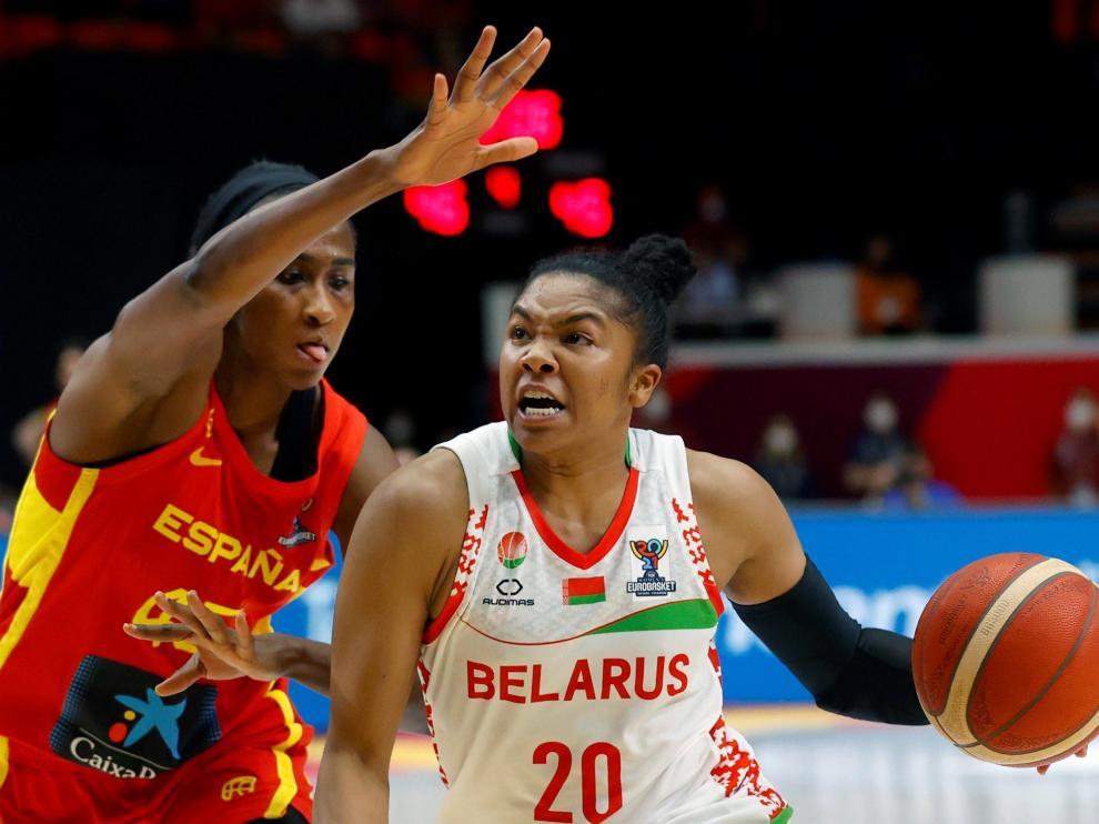 La jugadora de la selección española Astou Ndour (i) pelea un balón a la bielorrusa Alexandria Bentley.