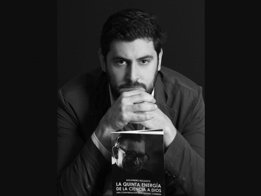 Alejandro Nolasco, con el libro