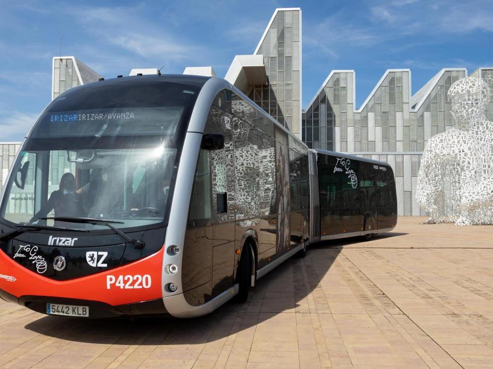 El nuevo autobús eléctrico, junto al palacio de Congresos de la Expo.