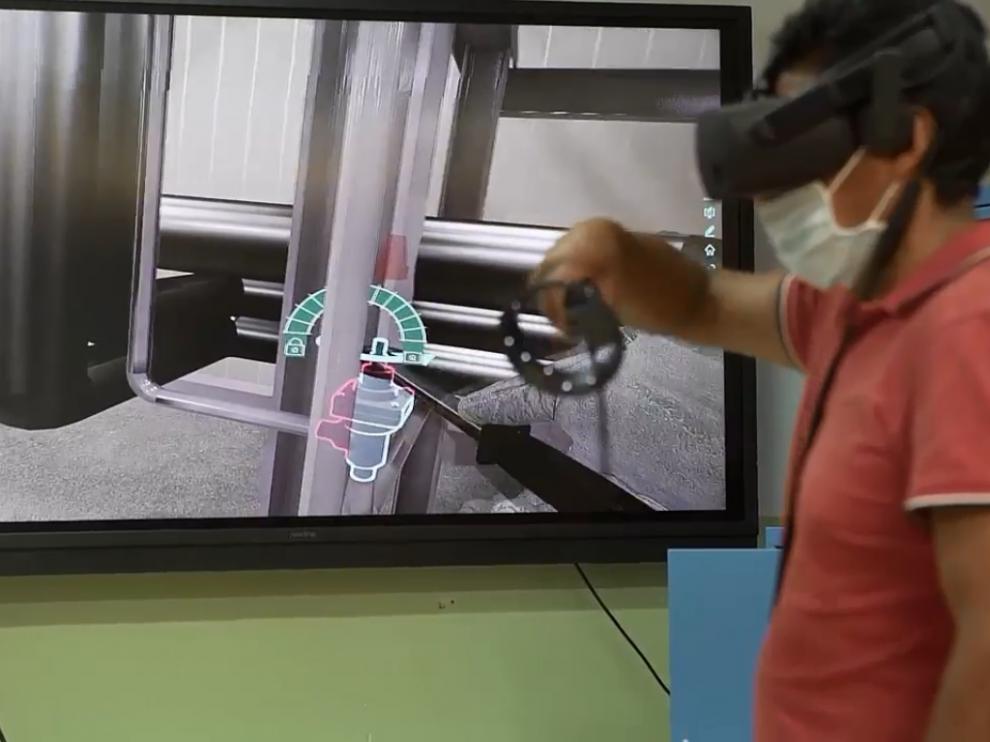 Un alumno del IES Virgen del Pilar con la herramienta de realidad virtual