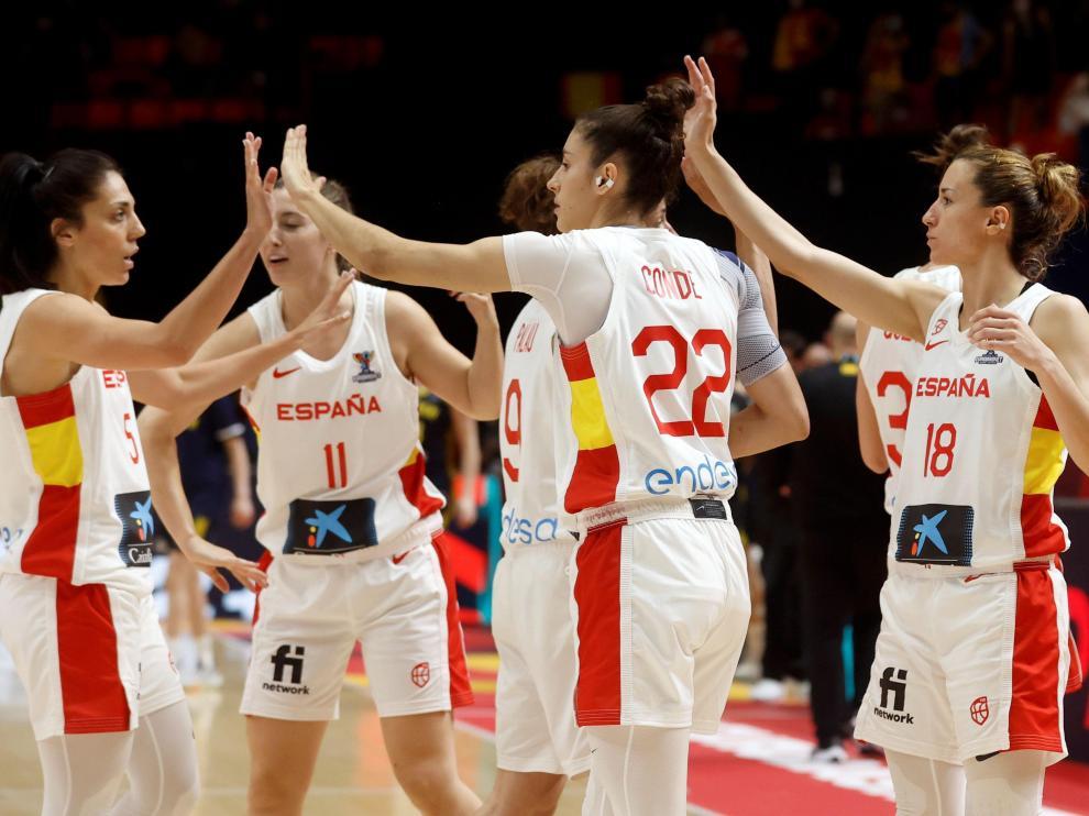 .Las jugadoras españolas celebran la victoria ante Suecia por 76 a 55