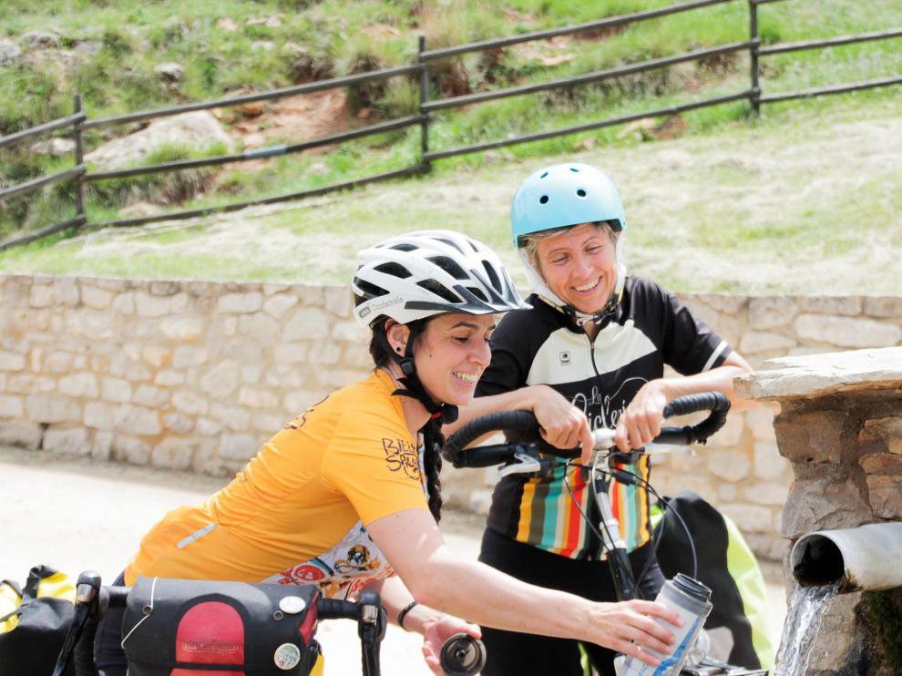 Ana y Edurne recorrerán este verano casi 1.000 km en bici por Teruel.