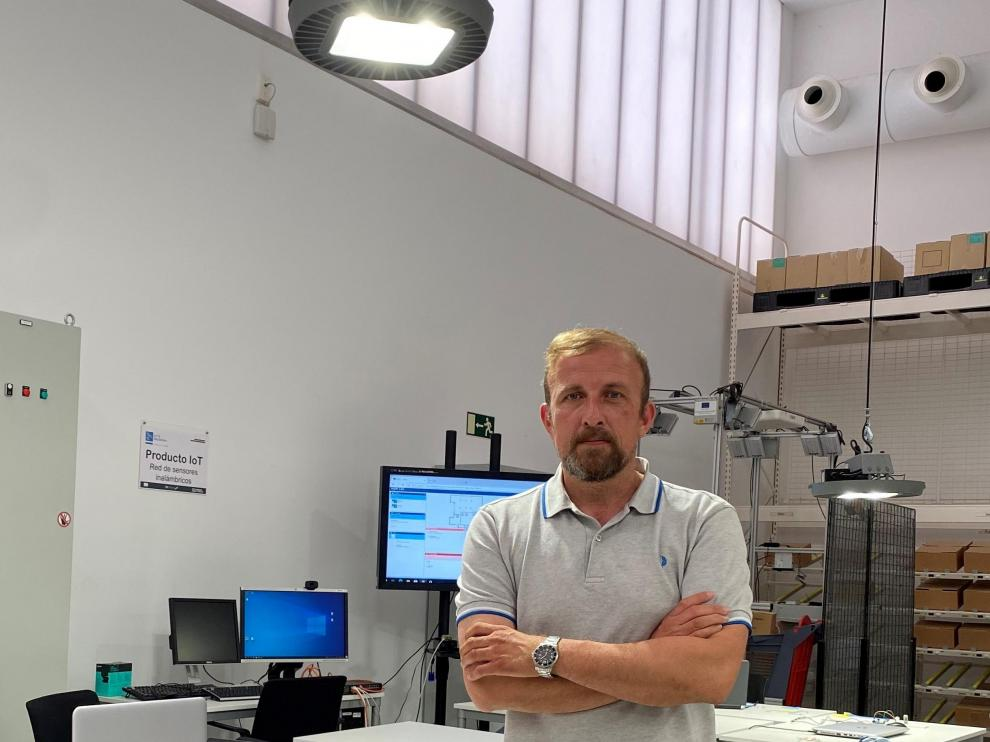 Benjamín Bentura. Este doctor ingeniero industrial lidera la empresa ejeana LED5V, que ha facturado 300.000 euros de media en los últimos años y que invierte un 45% en I+D. Con esta apuesta por la innovación espera multiplicar por cuatro o por cinco la cifra de negocio ya este año. En la fotografía, en el laboratorio de Internet de las Cosas del Instituto Tecnológico de Aragón.