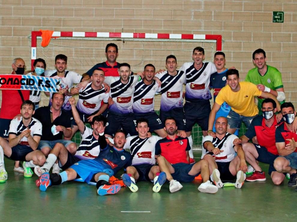 Jugadores del Almonacid FS Solteq celebran el título de liga.