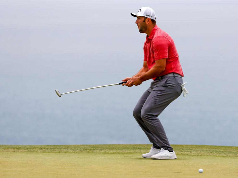 Jun 20, 2021; San Diego, California, USA; Jon Rahm plays a shot from a bunker on the 11th hole during the final round of the U.S. Open golf tournament at Torrey Pines Golf Course. Mandatory Credit: Orlando Ramirez-USA TODAY Sports[[[REUTERS VOCENTO]]] GOLF/