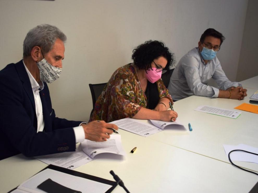 Imagen de la firma del convenio entre el Ayuntamiento de Graus y la CEOS para el lanzamiento de los Bonos Impulsa.