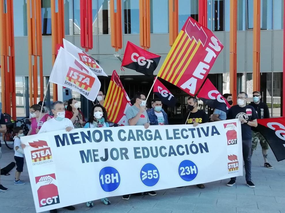 Movilización de CGT y STEA en la puerta del Departamento de Educación.