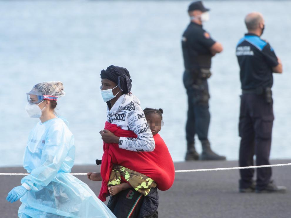 Salvamento Marítimo rescata a 105 subsaharianos, entre ellos 32 mujeres y 6 niños, en dos lanchas neumáticas en aguas cercanas a Fuerteventura
