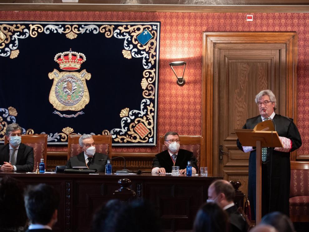 El magistrado Juan Carlos Zapata, ayer, durante la lectura de su discurso de ingreso en la Academia Aragonesa de Jurisprudencia.