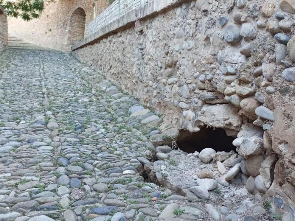 El desprendimiento se ha producido en el lateral de la rampa de subida del Castillo de Monzón.
