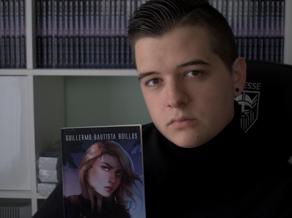 Guillermo Bautista, de 21 años, muestra un ejemplar de su libro.