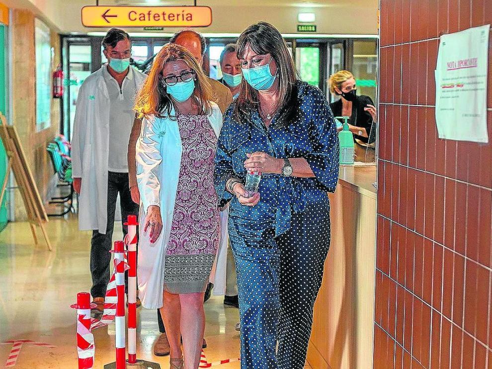 La consejera de Sanidad, Sira Repollés, ayer durante su visita al Ernest Lluch de Calatayud.