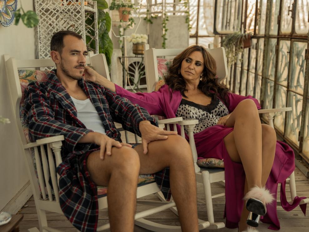 Melani Olivares, con Alberto Casado en una escena de la serie 'La reina del pueblo'.