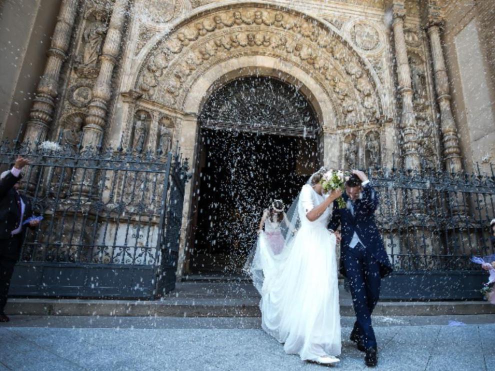 Carlos y Mamen, a las puertas de la Basílica de Santa Engracia de Zaragoza este sábado.