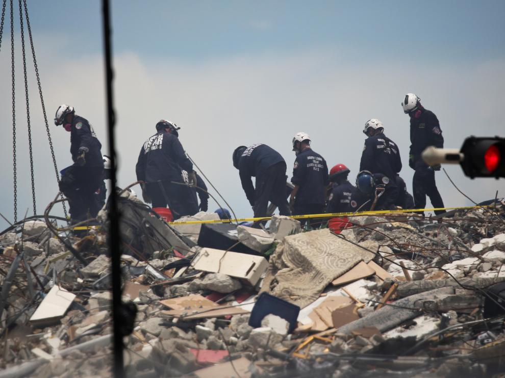 Equipos de rescate en el edificio derrumbado en Miami.