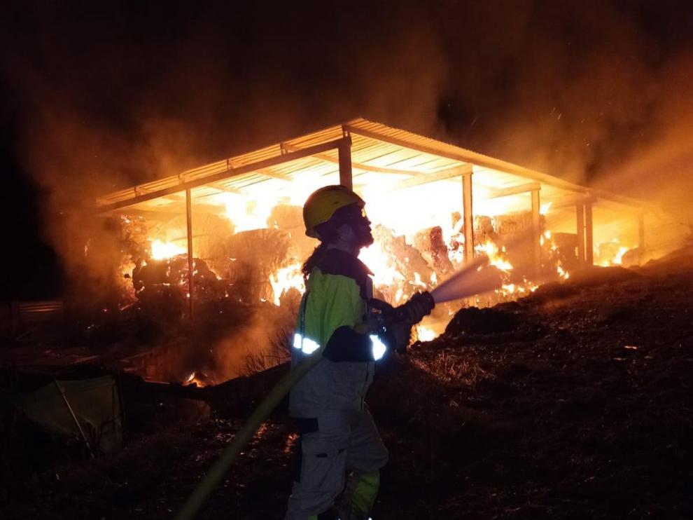 Labores de extinción de un almacén de paja en Naval por parte de los bomberos de la DPH.