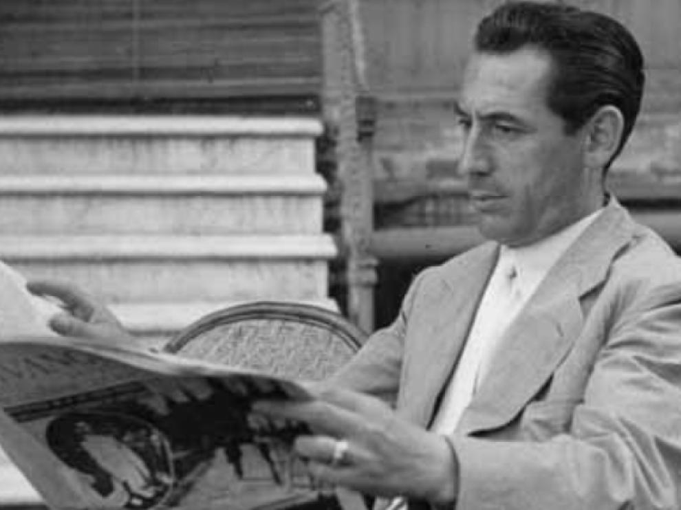 Manuel del Arco leyendo 'La Vanguardia', donde trabajó durante 20 años.