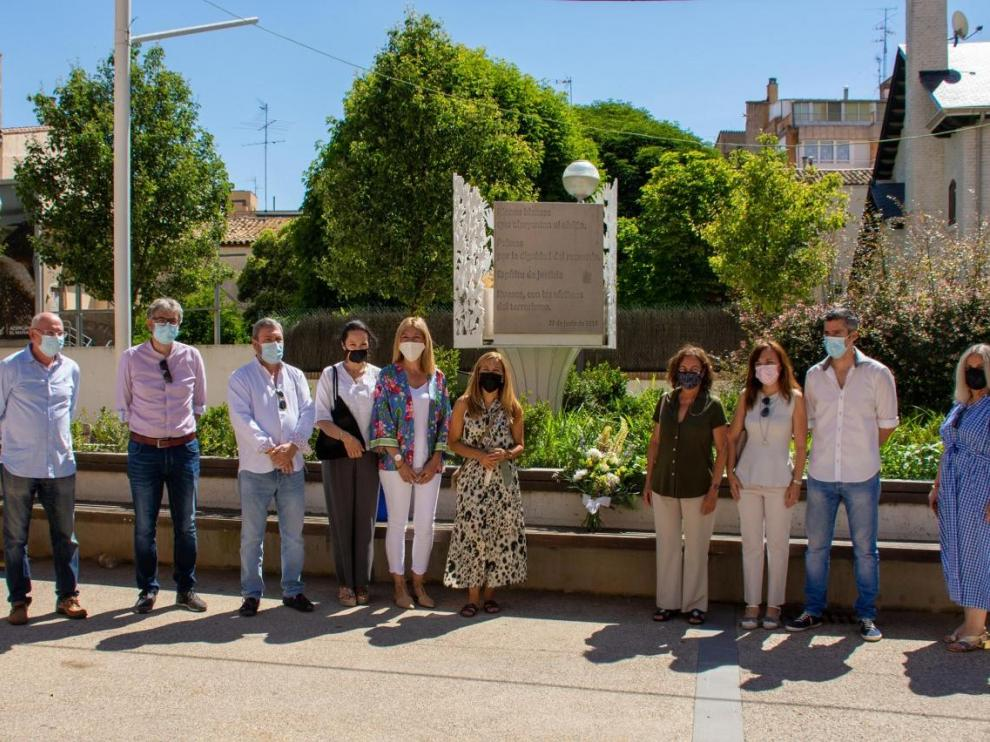 Miembros del grupo municipal del PP de Huesca, este domingo junto al monolito dedicado a las víctimas del terrorismo.