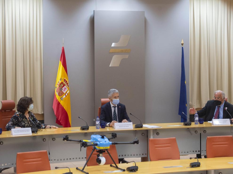 El ministro del Interior, Fernando Grande-Marlaska, y el director general de Tráfico, Pere Navarro, conversan durante la presentación del dispositivo de tráfico