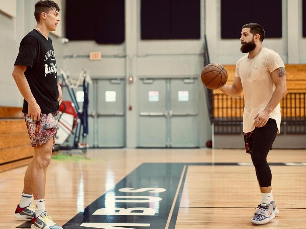 Jorge Milo, a la derecha, en un entrenamiento en Miami con Tyler Herro, estrella de los Heat.