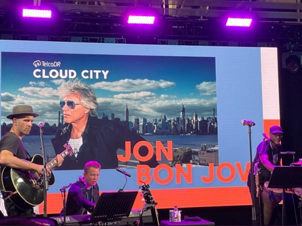 El cantante estadounidense Jon Bon Jovi ha ofrecido este martes un concierto en acústico en el Mobile