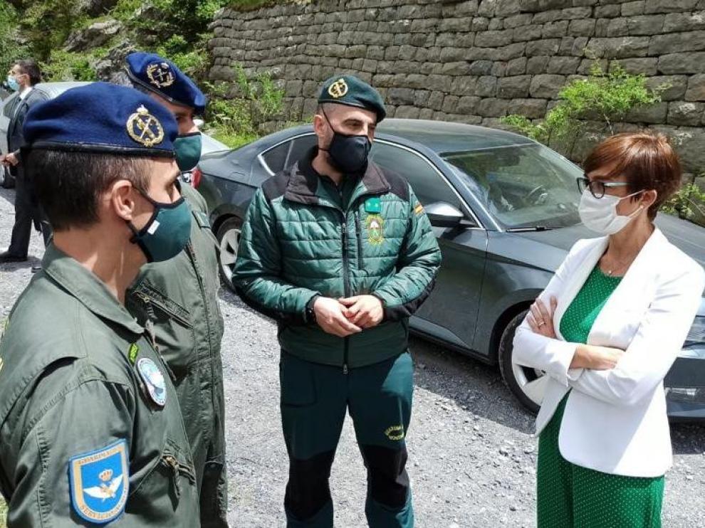 La directora general de la Guardia Civil, María Gámez, con responsables del Servicio de Montaña en Jaca.