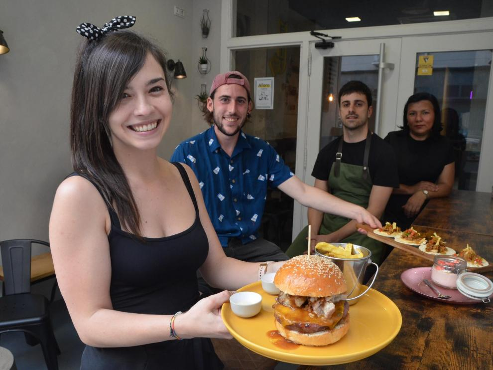 Lidia Jericó, Iván Moreno, Carlos Boudet y Gioconda Pérez, con algunos platos de la carta.
