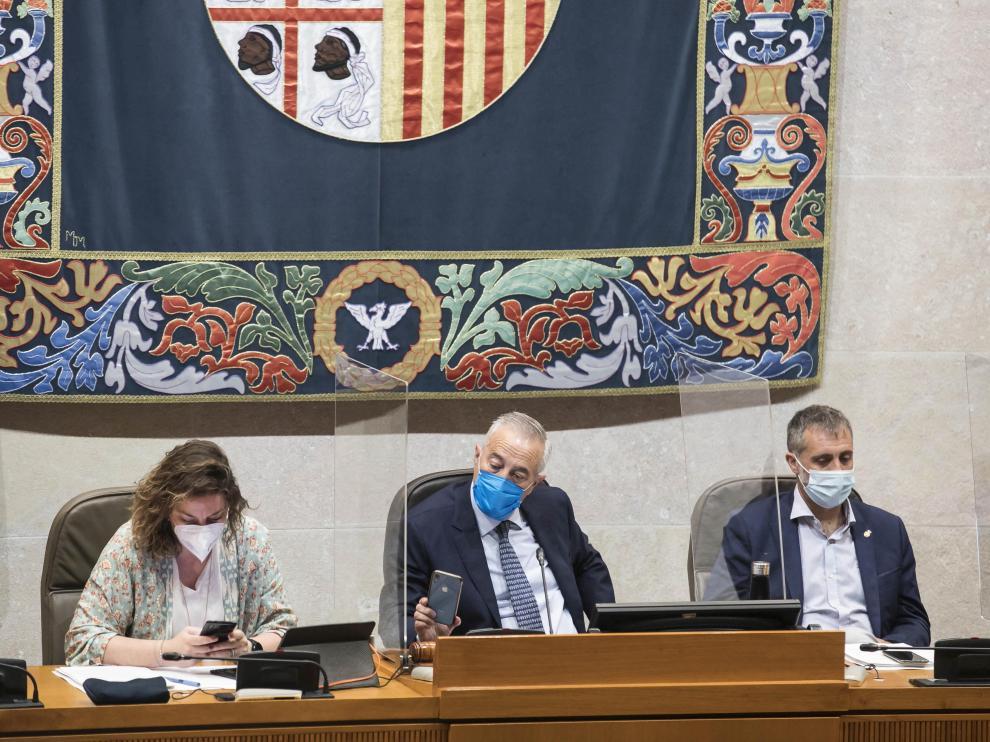 María del Mar Rodrigo, Javier Sada y Ramiro Domínguez, este martes, en el pleno de las Cortes.