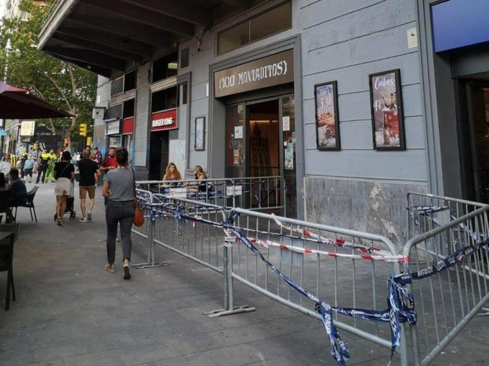 Zona vallada en la avenida de Goya con esquina Fernando el Católico tras el desprendimiento.