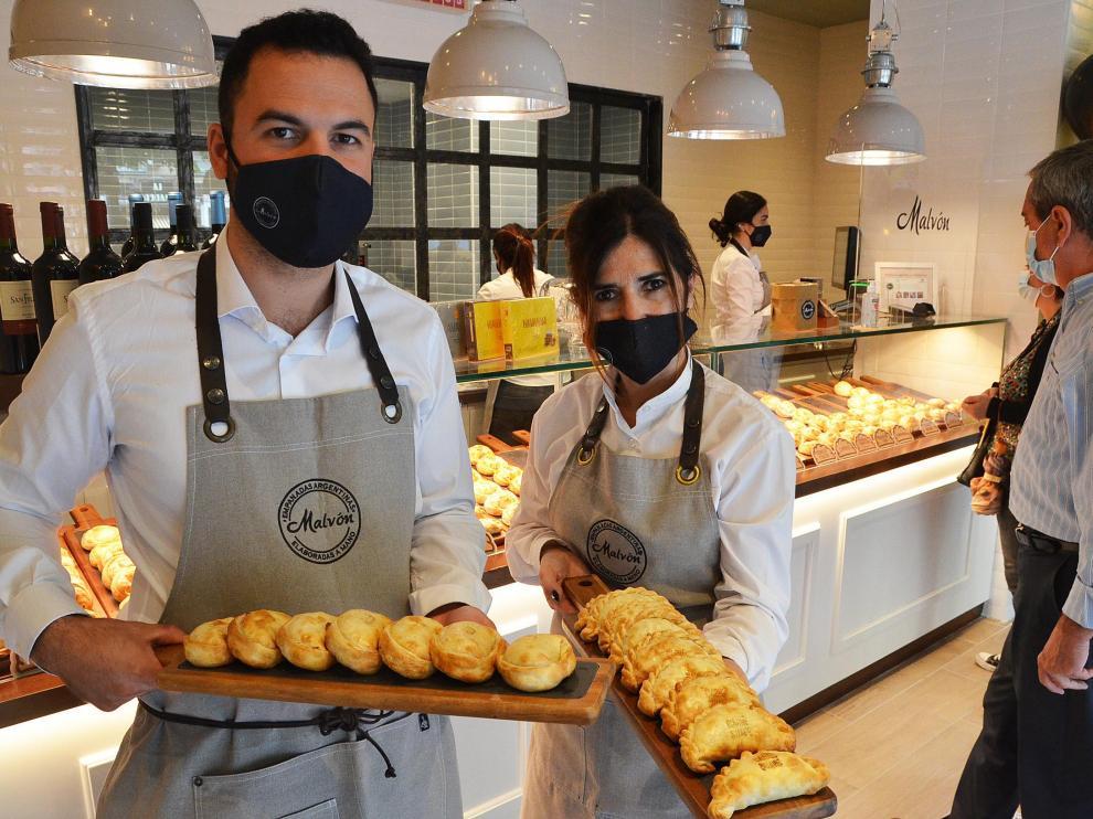 Carlos Delgado y Fabiana López, con algunas de las empanadas que ofrecen en Malvón.