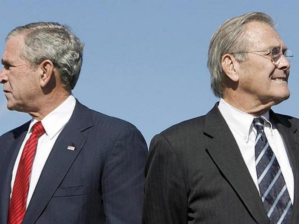 Donald Rumsfeld, junto a Geroge Bush