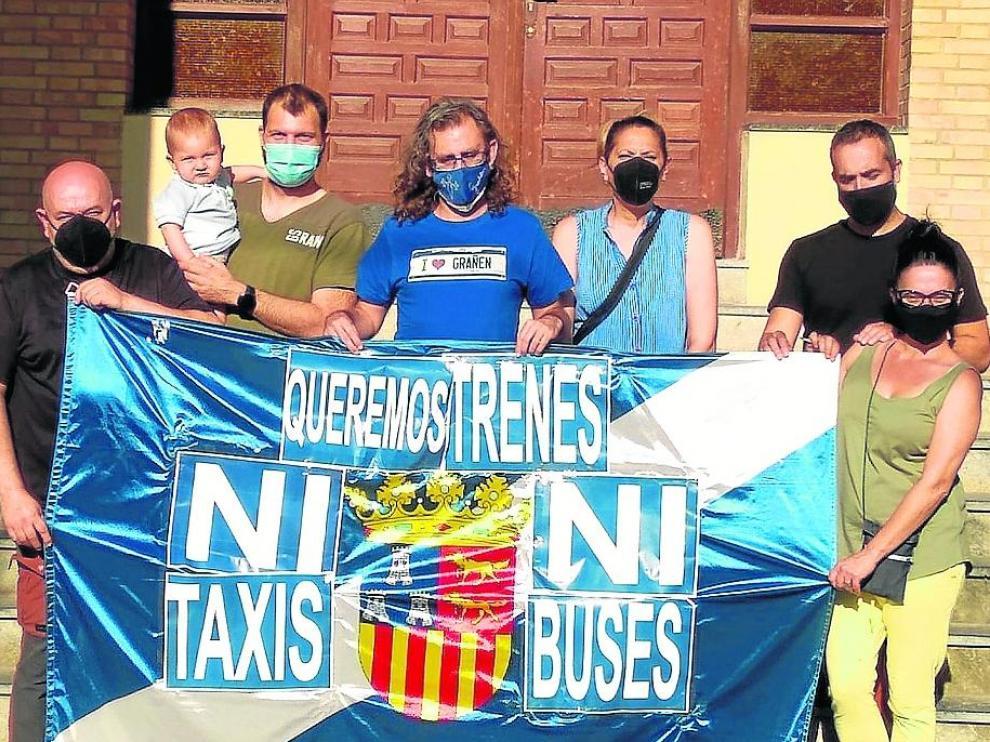 Vecinos de Grañén ya se concentraron este miércoles a las puertas del ayuntamiento para rechazar el recorte de trenes.