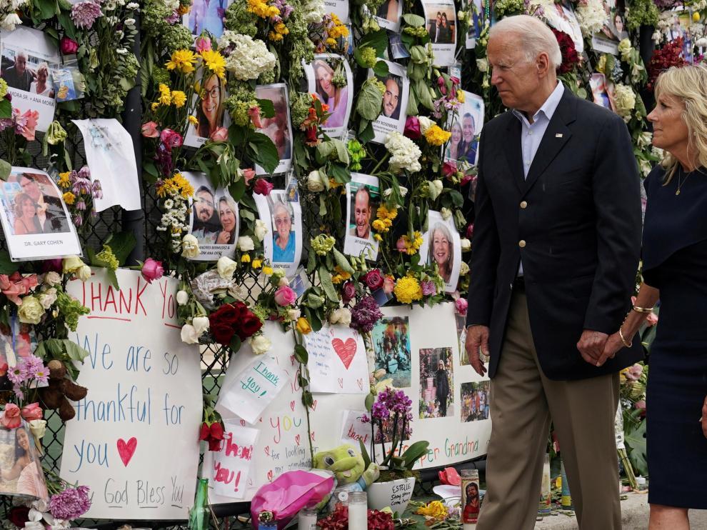 Biden y su esposa visitan el memorial por las víctimas del derrumbe de Miami.