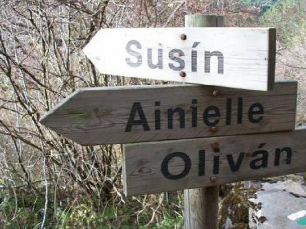 Señalización de Ainielle, pueblo deshabitado en la Senda Amarilla.