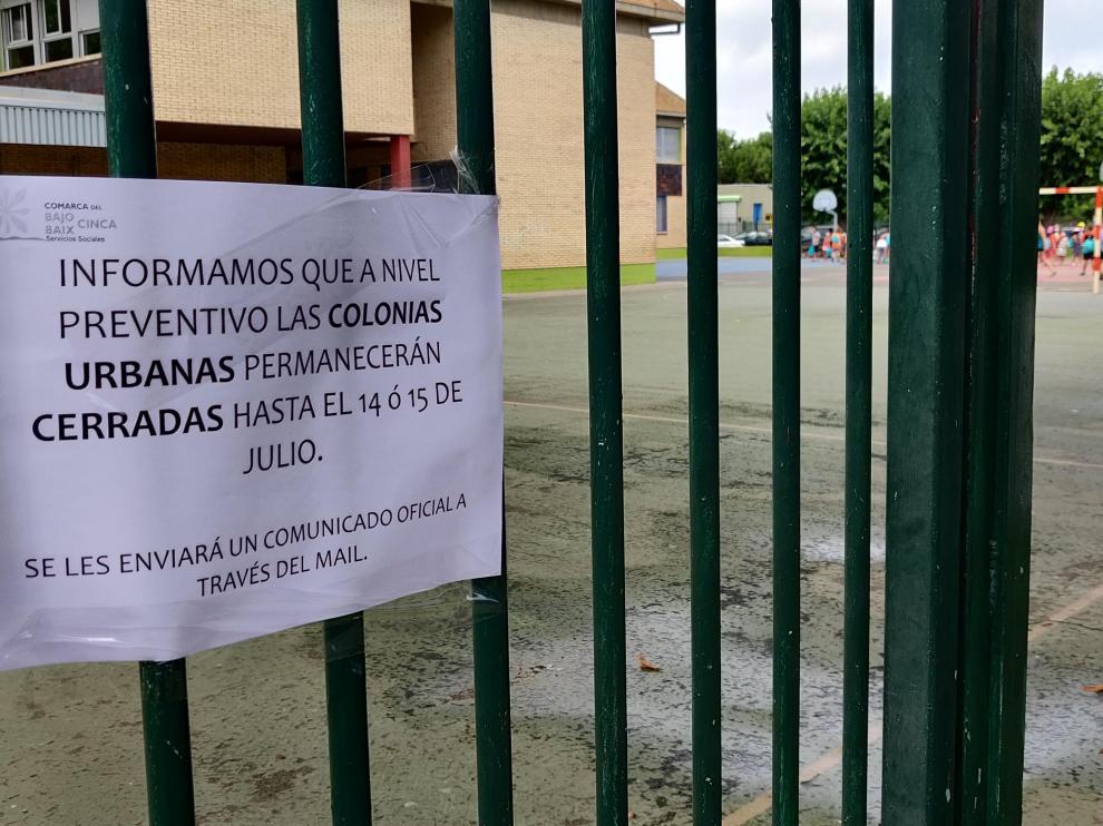 Cartel colocado en la entrada del colegio para informar a las familias.