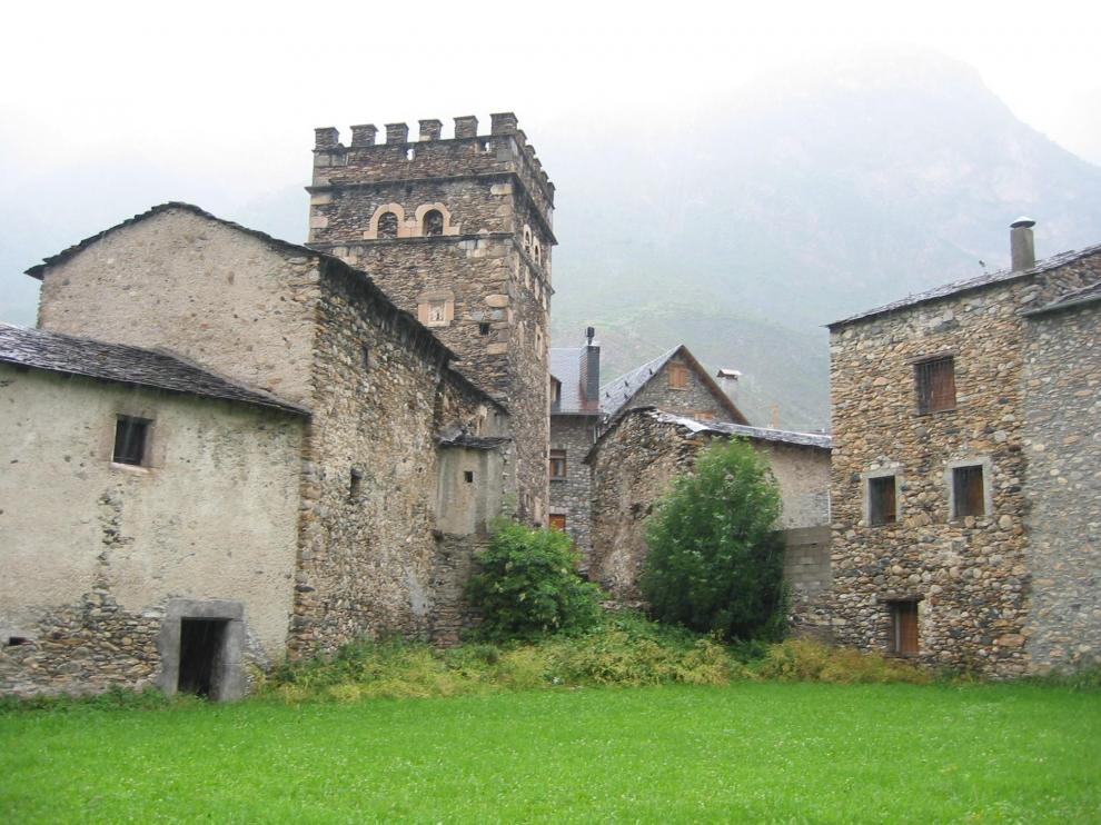 Casa Juste destaca por su torre defensiva.